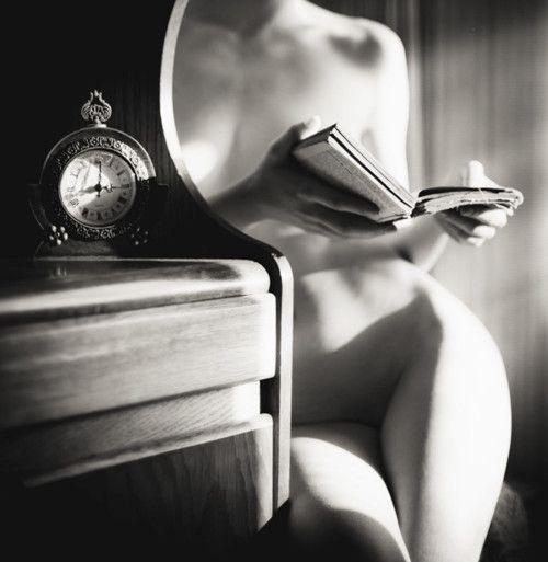 mulher nua lendo